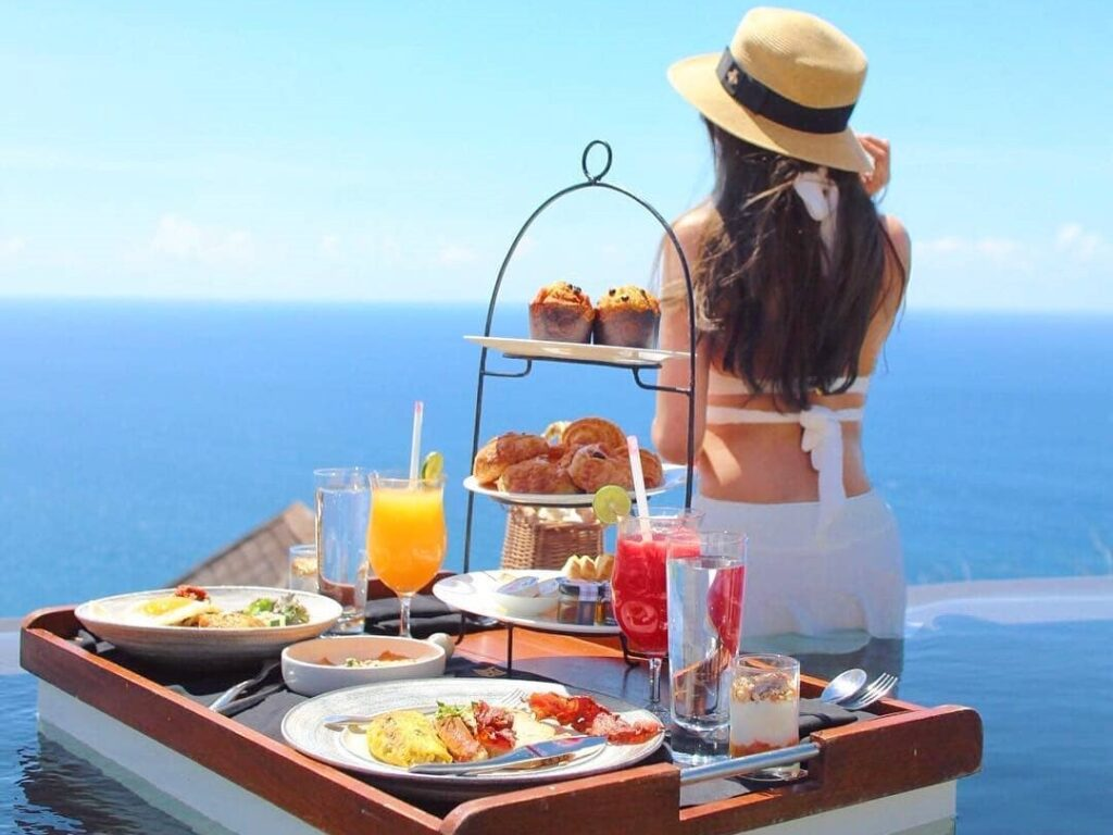 Startet den Tag mit einem Floating Breakfast im The Edge, Bali.